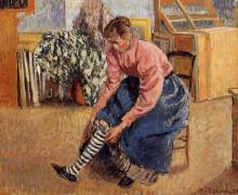 """Картина """"woman putting on her stockings"""" художника """"писсарро камиль"""""""